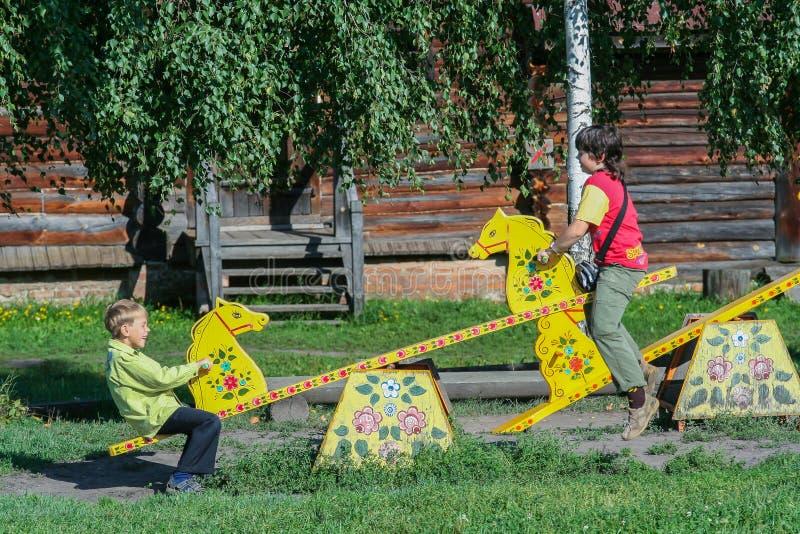 Kinder haben Spaß im Park Aktive Kindheit in der Sommerzeit stockfotografie