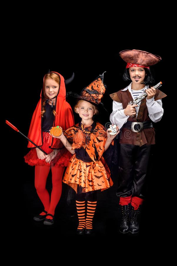 Kinder in Halloween-Kostümen lizenzfreie stockbilder