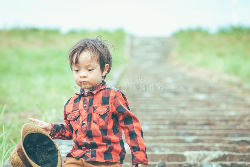 Kinder halten Hut und das Gehen auf Treppe Haben Kinder Schleim lizenzfreies stockfoto