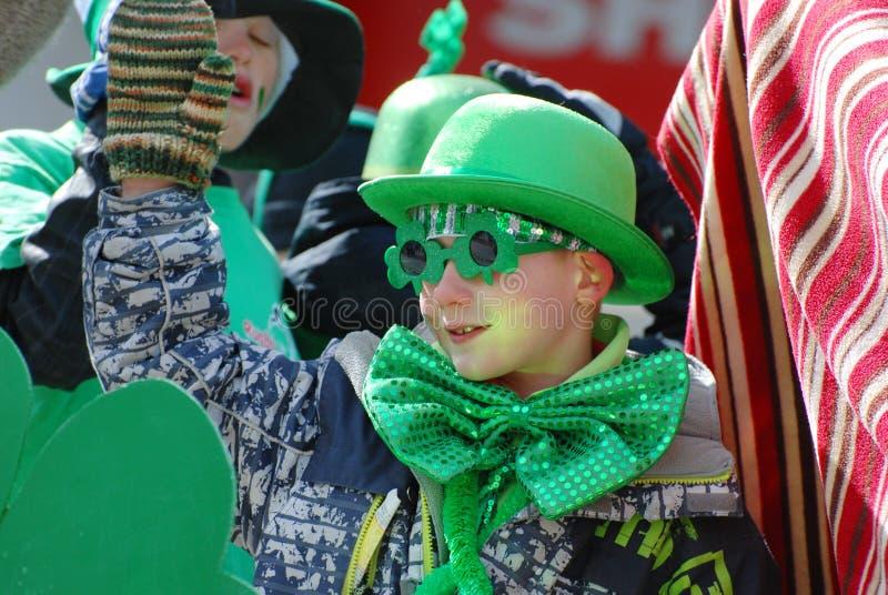Kinder Heiligen Patricks Tagesin der parade lizenzfreie stockbilder