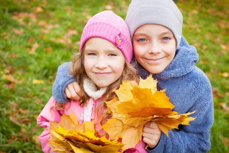 Kinder am Herbst stockfoto