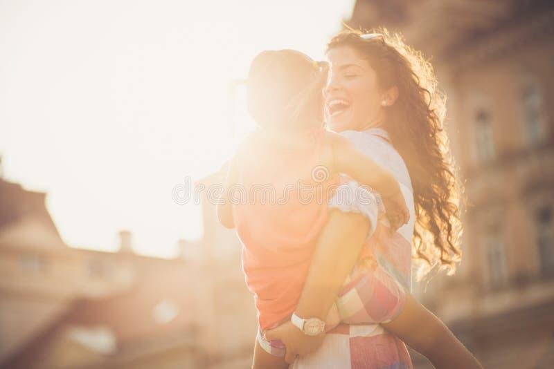 Kinder holen Sonnenschein zu allen unseren Tagen stockfotografie