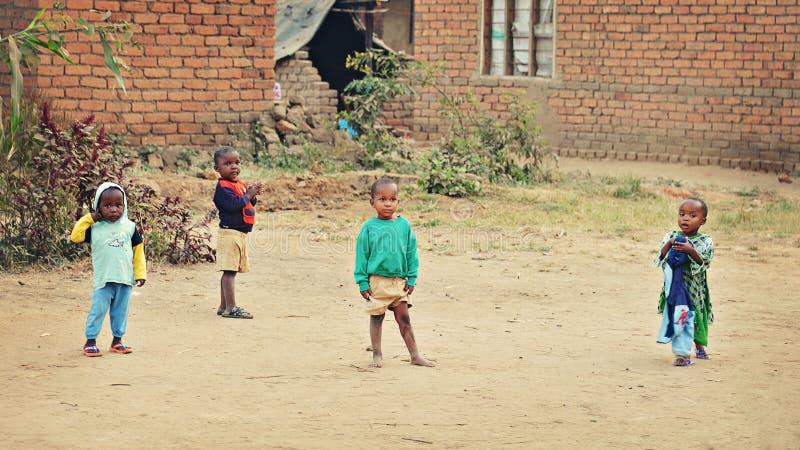 Kinder im afrikanischen Dorf stockfotografie
