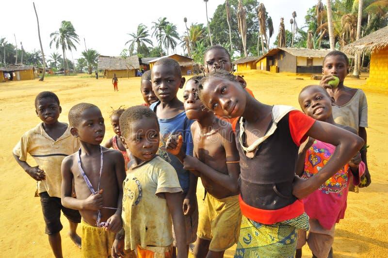 Kinder im afrikanischen Dorf im Dschungel stockbilder
