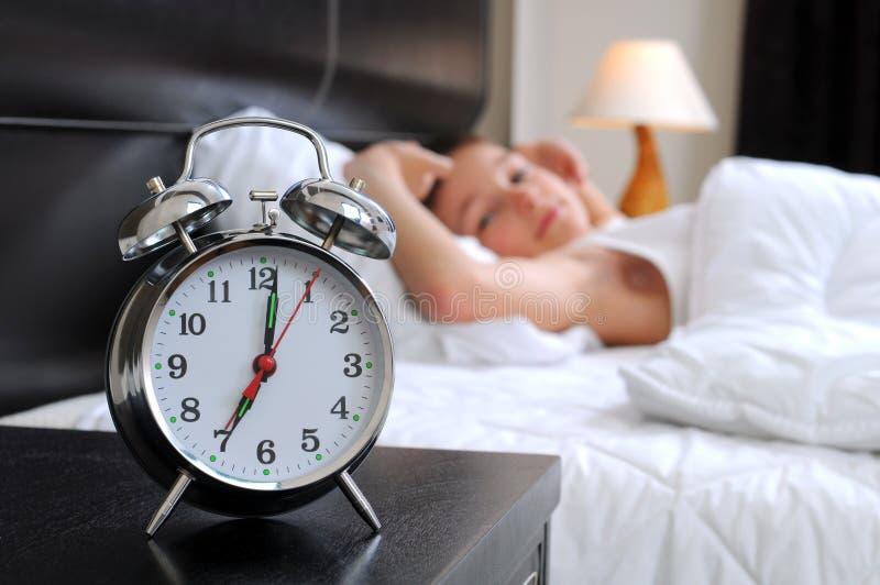 Kinder im Bett lizenzfreie stockfotos