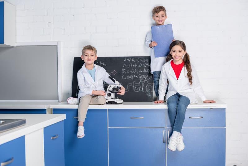 Kinder im chemischen Labor stockfotos