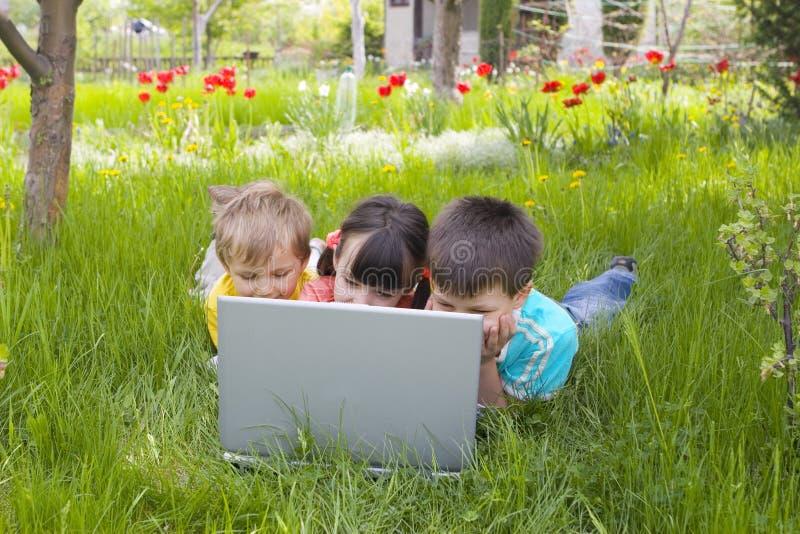 Kinder im Computer stockfotos