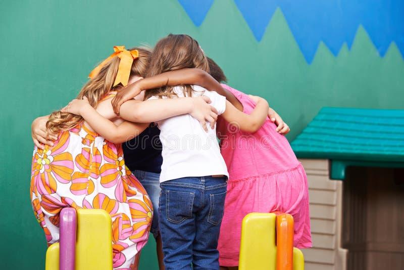 Kinder im Kindergarten, der in Wirrwarr einsteigt stockfotografie