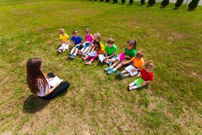Kinder im Kindergarten lernen zu lesen stockfoto