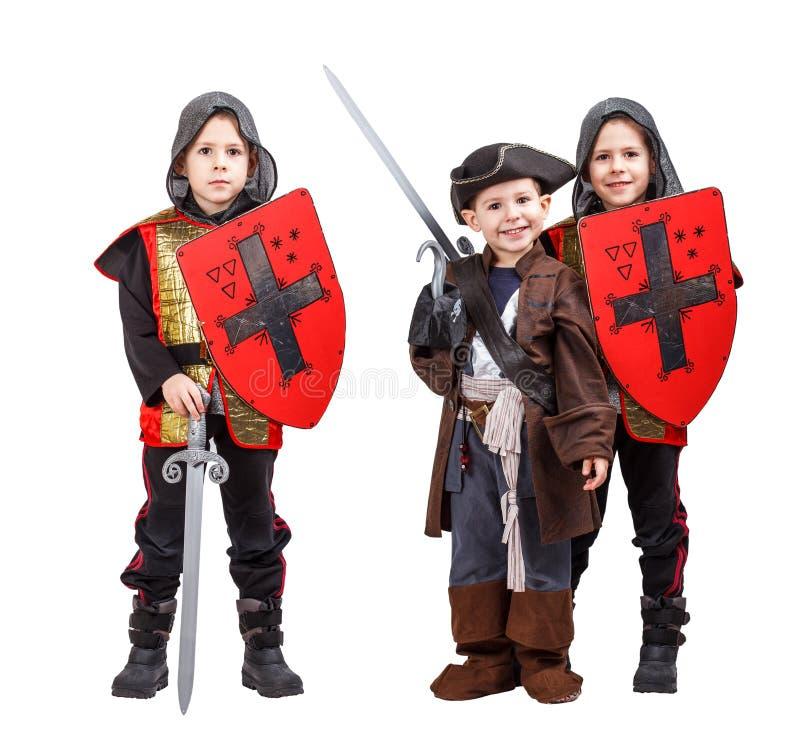Kinder im mittelalterlichen Ritter- und Piratenkostüm lizenzfreies stockbild