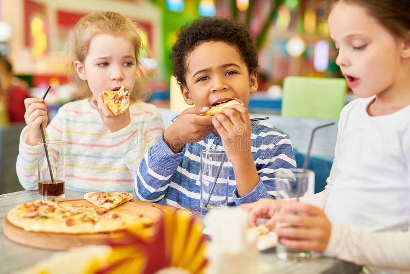 Kinder im Pizzeria-Café lizenzfreie stockbilder