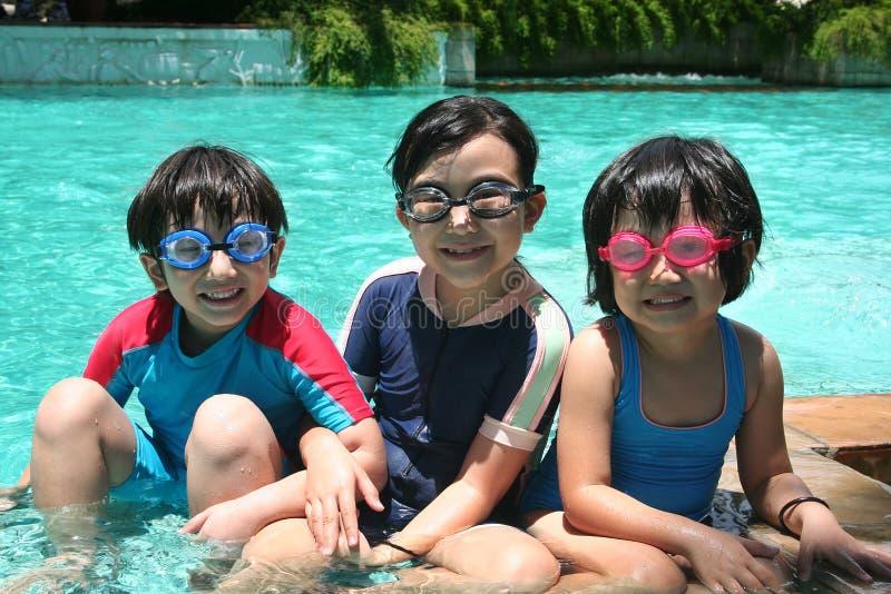 Kinder im Pool lizenzfreie stockfotos
