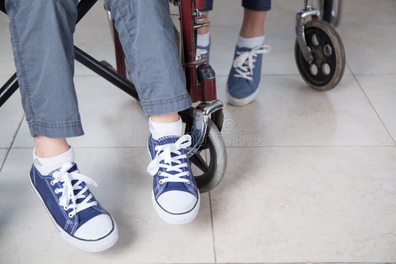 Kinder im Rollstuhl stockfoto