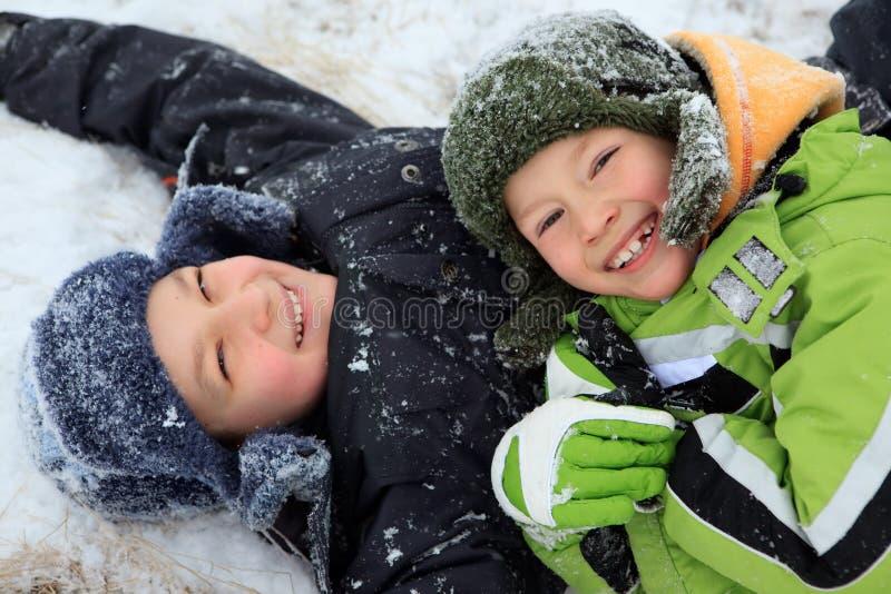 Kinder im Schnee stockfotografie