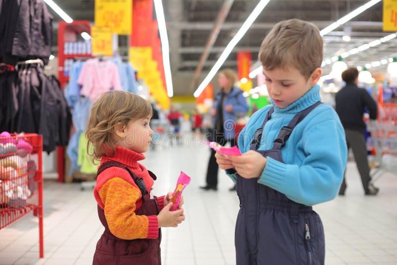 Kinder im Supermarkt lizenzfreie stockbilder