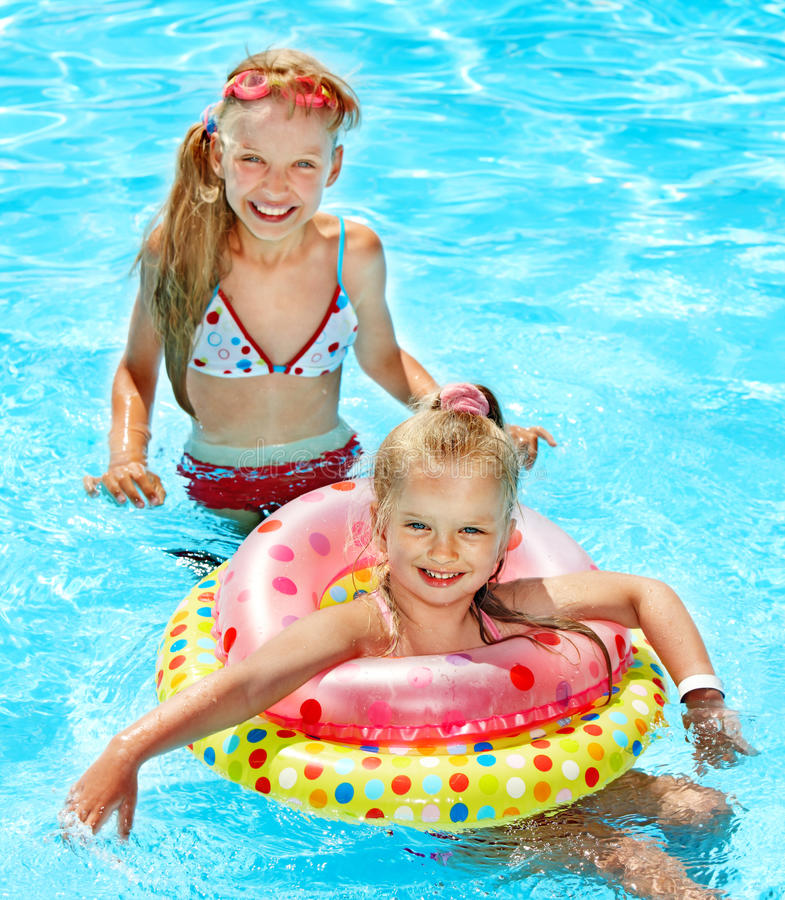 Kinder im Swimmingpool. stockbild