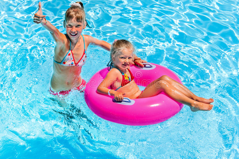 Kinder im Swimmingpool stockfotos