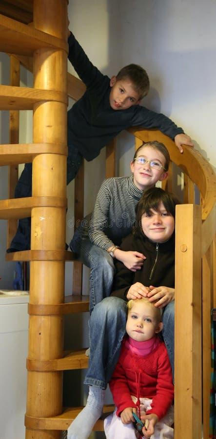 Kinder im Treppenhaus stockfotos