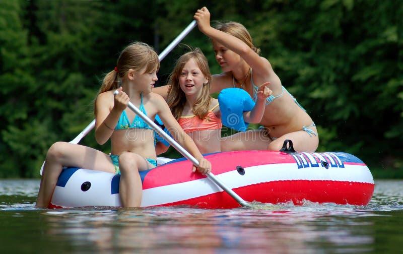 Kinder im Wasser stockfotografie