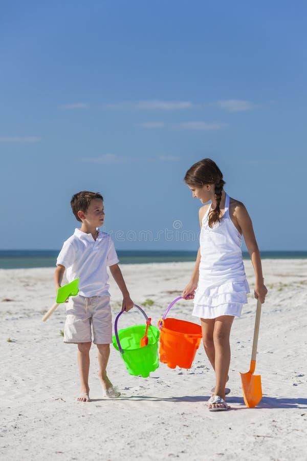 Kinder, Junge, Mädchen, Bruder u. Schwester Playing auf Strand lizenzfreie stockbilder