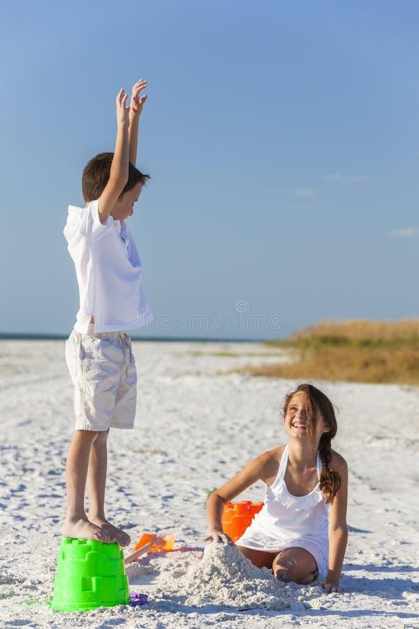 Kinder, Junge, Mädchen, Bruder u. Schwester Playing auf Strand stockbilder