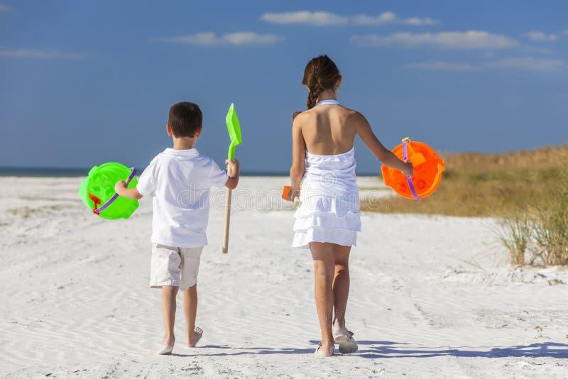 Kinder, Junge, Mädchen, Bruder u. Schwester Playing auf Strand lizenzfreies stockfoto
