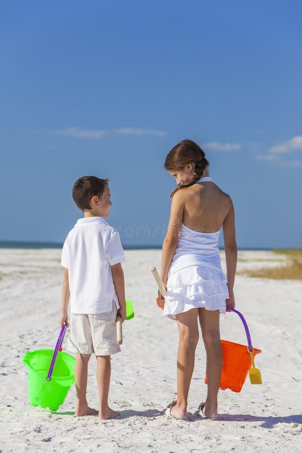 Kinder, Jungen-Mädchen, Bruder und Schwester Playing auf Strand lizenzfreie stockbilder