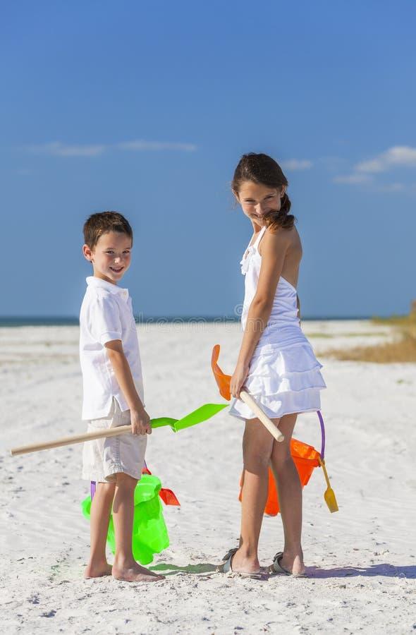 Kinder, Jungen-Mädchen-Bruder und Schwester Playing auf Strand stockfotos