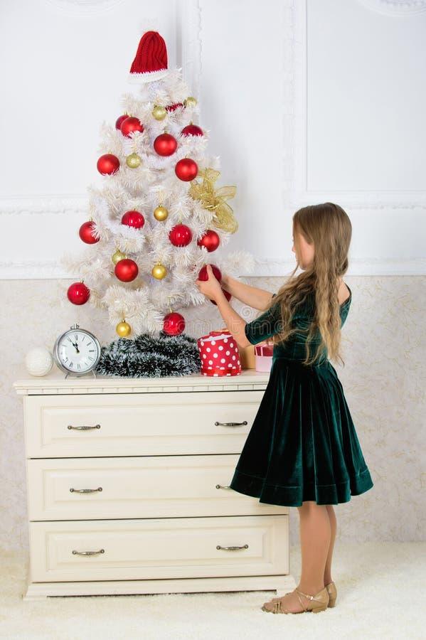 Kinder können herauf Weihnachtsbaum erhellen, indem sie ihre eigenen Verzierungen herstellen Mädchen feiern Weihnachten Kind setz lizenzfreies stockbild