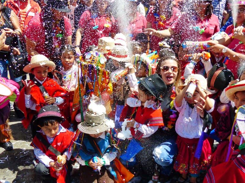 Kinder am Karneval in Cuenca, Ecuador lizenzfreies stockbild