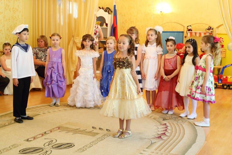 Kinder in Kindergarten 1042 an der Partei lizenzfreies stockfoto