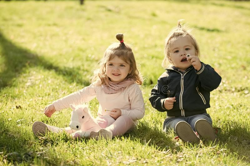 Kinder, Kindheitskonzept stockfotos