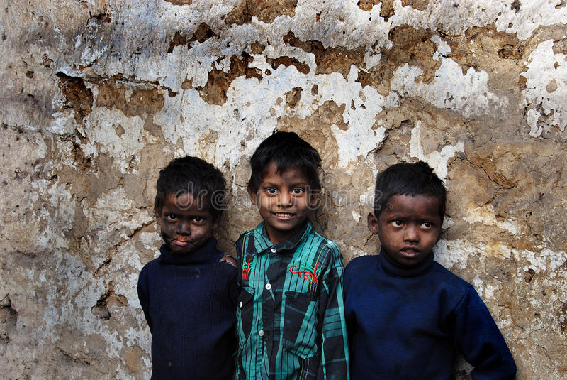 Kinder am Kohlenbergwerk-Bereich lizenzfreie stockfotos