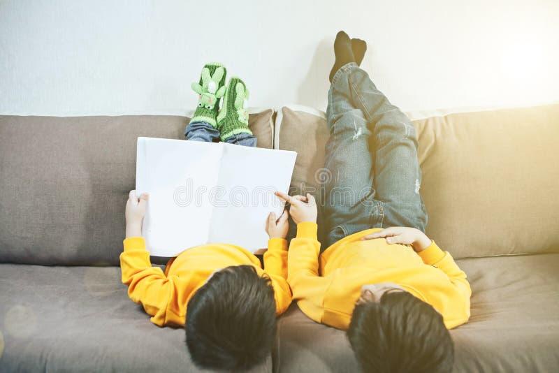 Kinder liegen auf der Couch lizenzfreie stockbilder