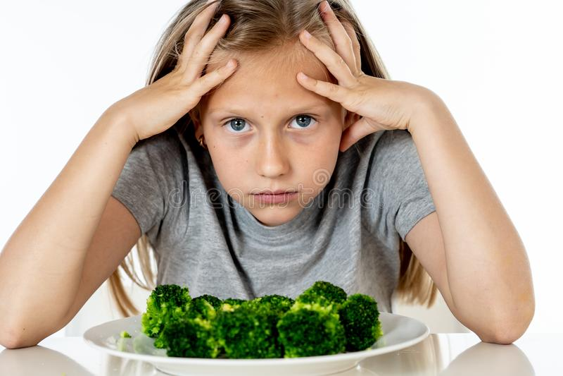 Kinder mögen nicht Gemüse im Konzept der gesunden Ernährung essen stockfoto