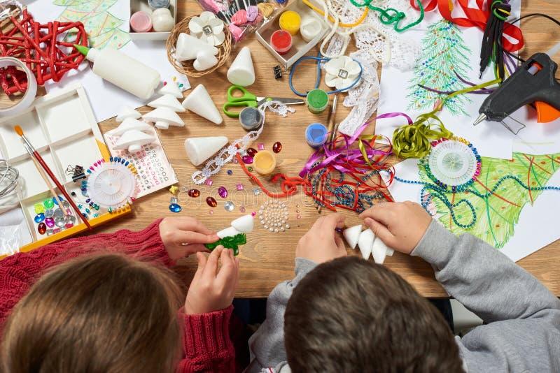 Kinder machen Handwerk und Spielwaren, Weihnachtsbaum und anderer Malereiaquarelle Beschneidungspfad eingeschlossen Grafikarbeits lizenzfreies stockbild