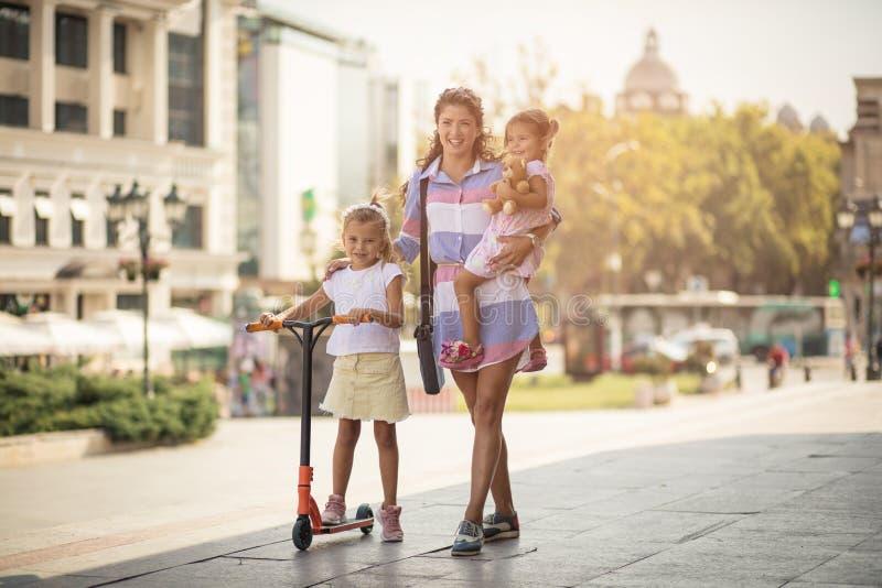 Kinder machen Leben die beste Art von beschäftigtem lizenzfreies stockfoto