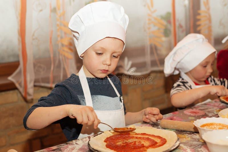 Kinder machen Pizza Wenig kochen stockfoto