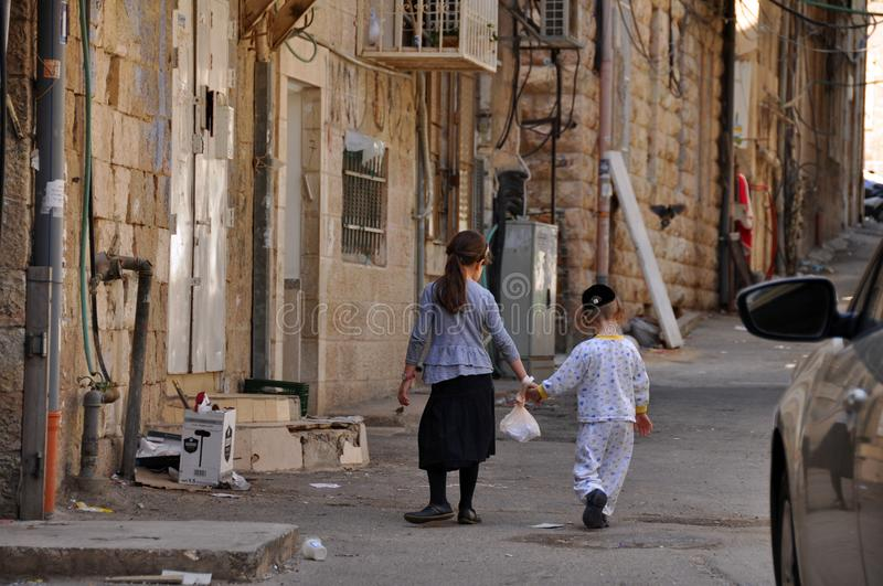 Kinder in Mea Shearim in Jerusalim stockfoto