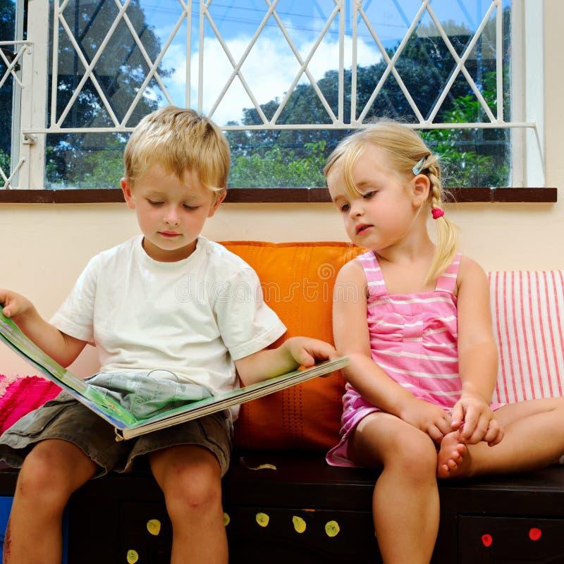 Kinder melden am playschool an stockfotos