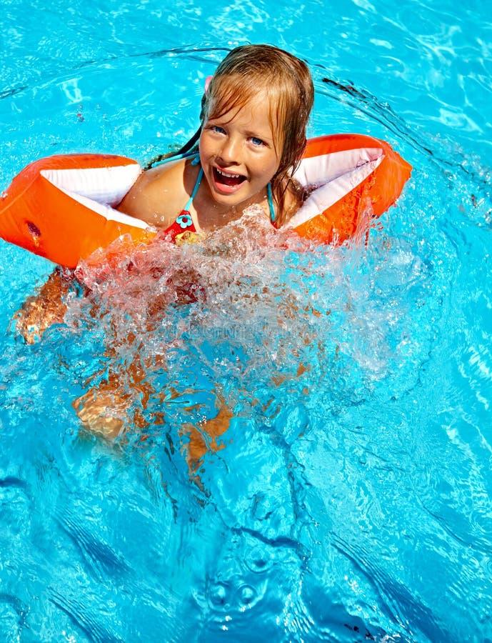 Kinder mit Armbinden im Swimmingpool lizenzfreies stockbild