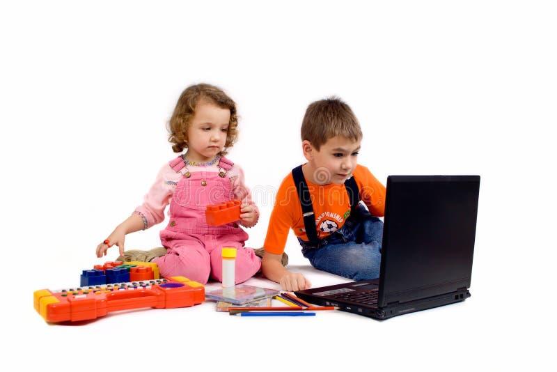 Kinder mit dem Computer stockfotos