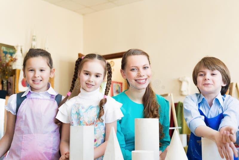 Kinder mit dem Lehrer stockfoto