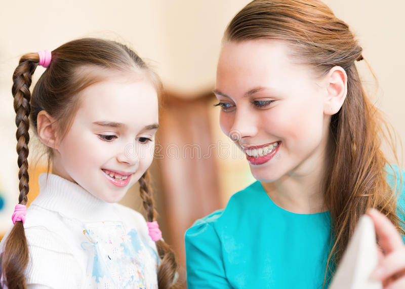 Kinder mit dem Lehrer teilgenommen an Malerei lizenzfreie stockfotos