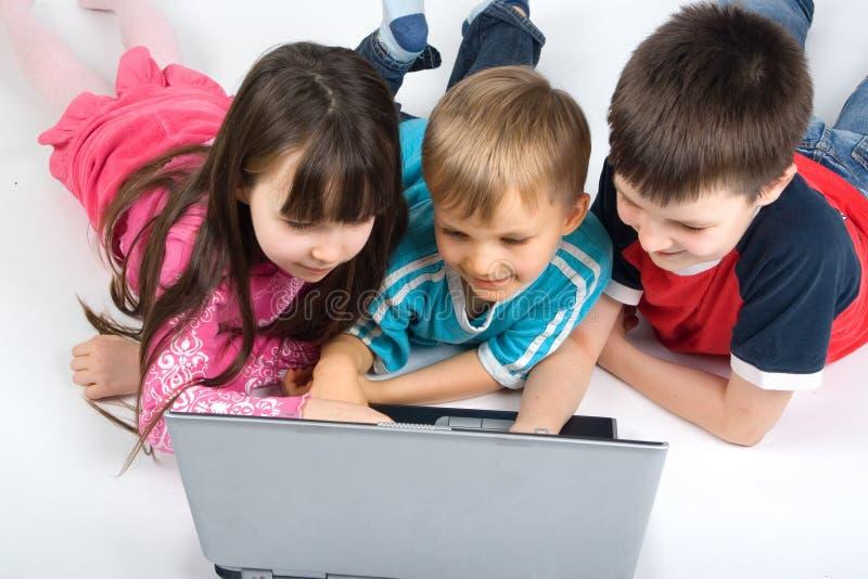 Kinder mit einer Laptop-Computer stockfoto