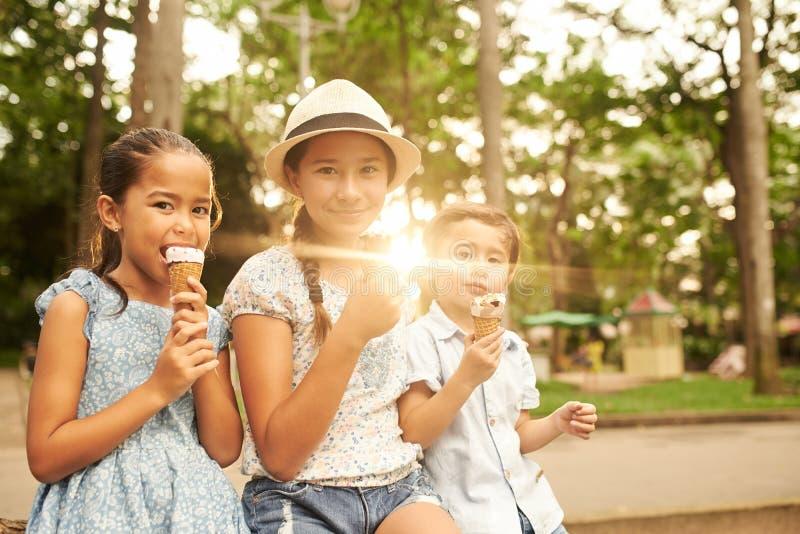 Kinder mit Eiscreme stockfotos