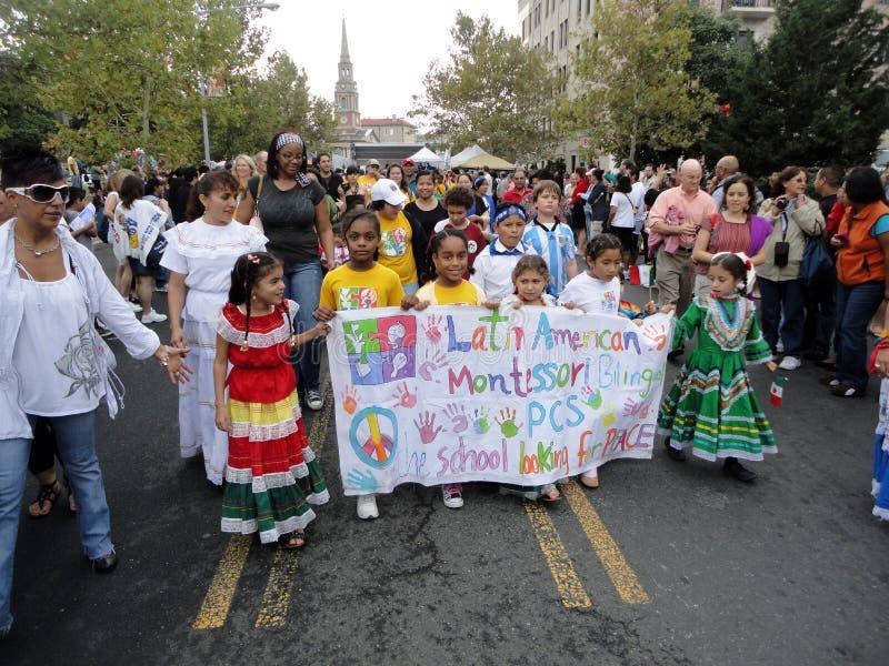 Kinder mit Fahne an der Parade lizenzfreie stockfotografie