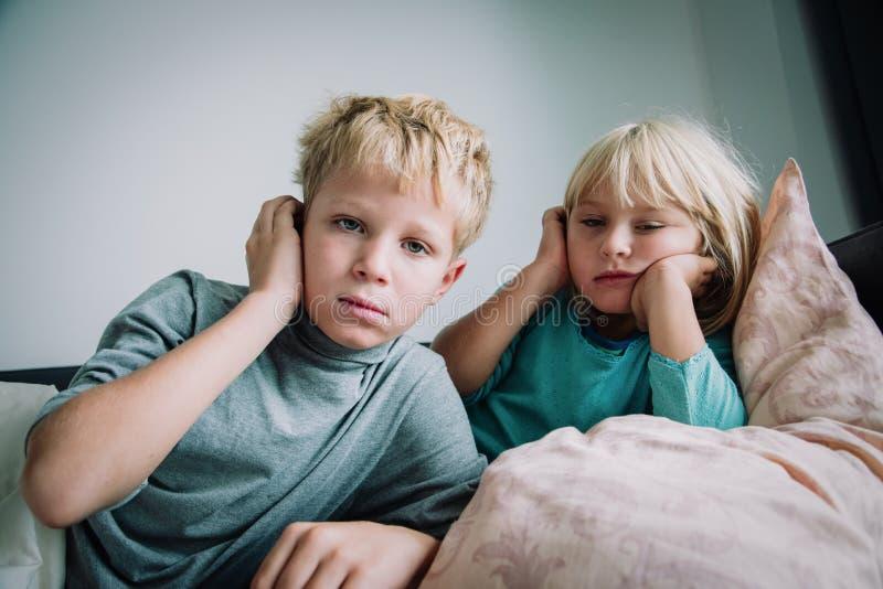 Kinder mit Fieber zu Hause, Virus oder Infektion, Schmerzkonzept stockfotografie