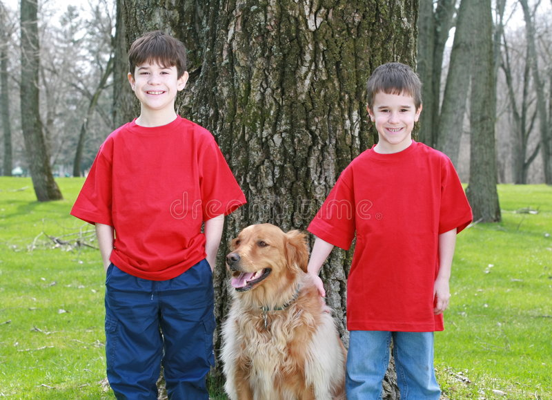 Kinder mit goldenem Apportierhund stockbilder