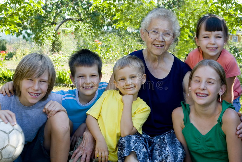 Kinder mit Großmutter stockbild